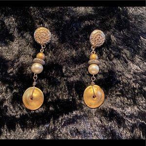Gold earrings w/ design